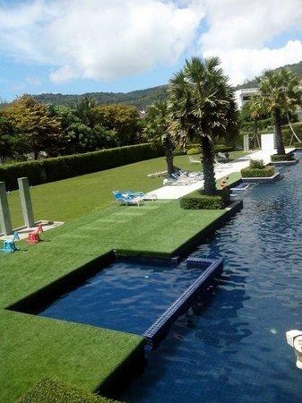 Sugar Marina Resort - ART : สนามหญ้ากว้างยาวตามตัวตึกโรงแรม