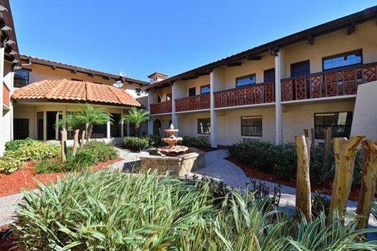Quality Inn & Suites: courtyard
