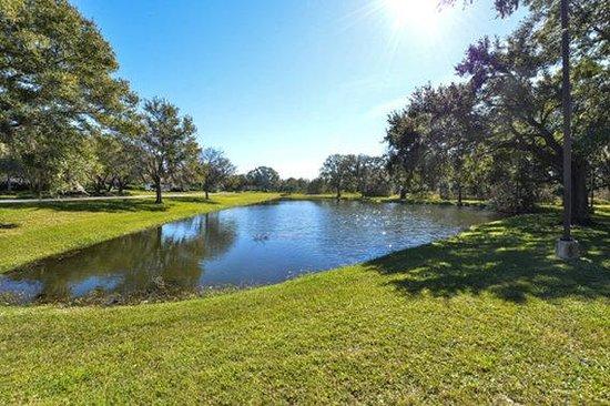 Quality Inn & Suites: pond