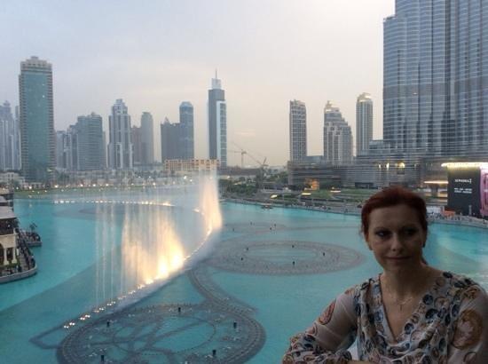 The Dubai Fountain: с балкона ресторана Дубай молл центра