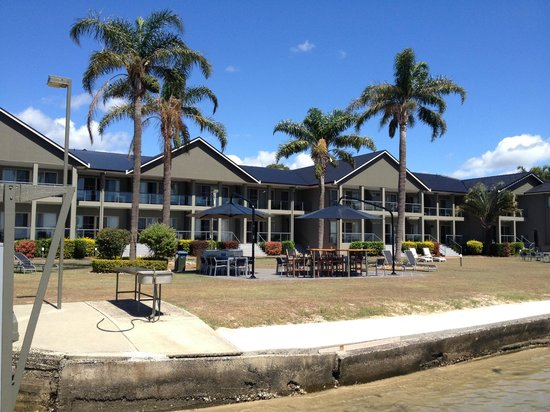 Moby Dick Waterfront Resort Motel: Motel view from water