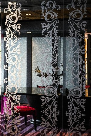 The Scarlet Singapore: detailed glass