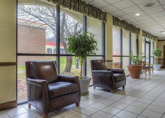 Atria Inn & Suites: Lobby