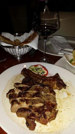 Harry's Prime Steakhouse & Raw Bar: Corte y copa de vino