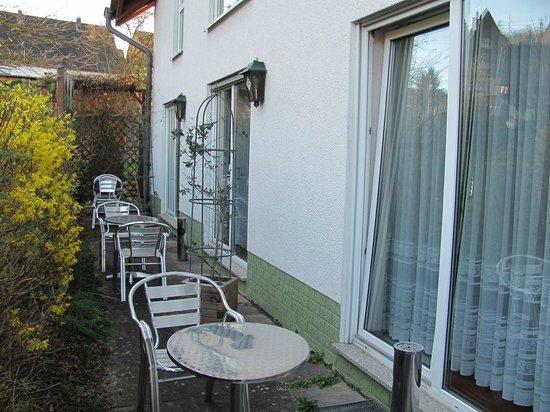 Hotel Ambiente: Terrasse vor den Zimmern