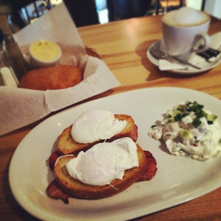 Szpilka Cafe: Poached eggs, cottage cheese, bacon, toast (24 plz)