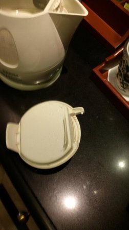 Sheraton New Delhi: broken kettle