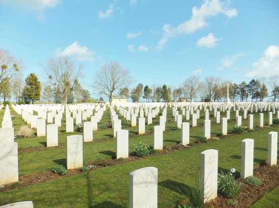 Beny-sur-Mer Canadian War Cemetery : Respect , émotion , recueillement .
