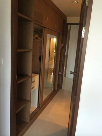 Bangtao Tropical Residence Resort & Spa: Walk in wardrobe with safe in master bedroom