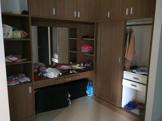 Bangtao Tropical Residence Resort & Spa: Walk in wardrobe
