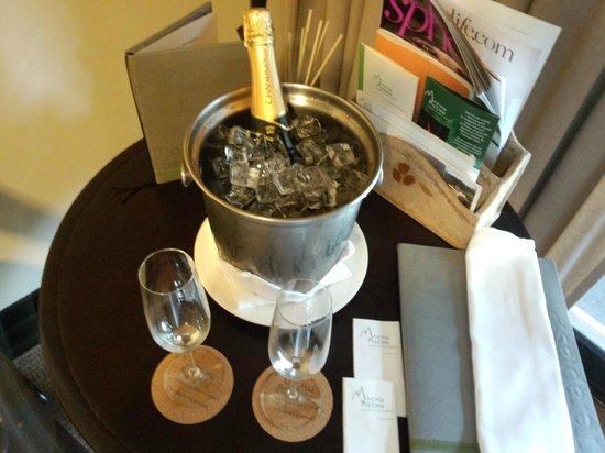 Belmond Sanctuary Lodge: ウェルカムドリンクのスパークリングワイン