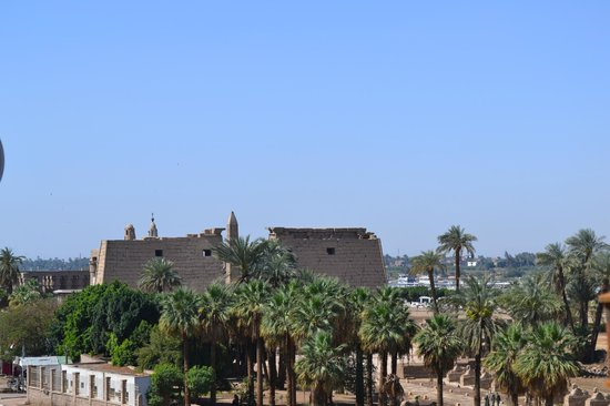 Nefertiti Hotel: Luxor Temple from the roof