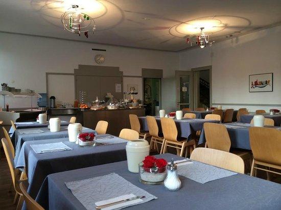 Hotel Alpha: Столики ждут гостей на завтрак