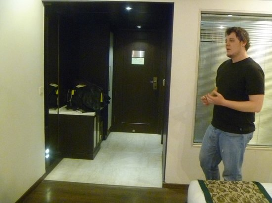 Hotel Godwin Deluxe : Entrance way-closet, luggage area, mini bar/frig