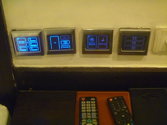 Hotel Godwin Deluxe : touchscreen room controls