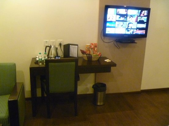 Hotel Godwin Deluxe : Desk, chair, snacks, coffee/tea maker and flat screen TV