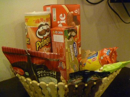 Hotel Godwin Deluxe: Snack basket in room