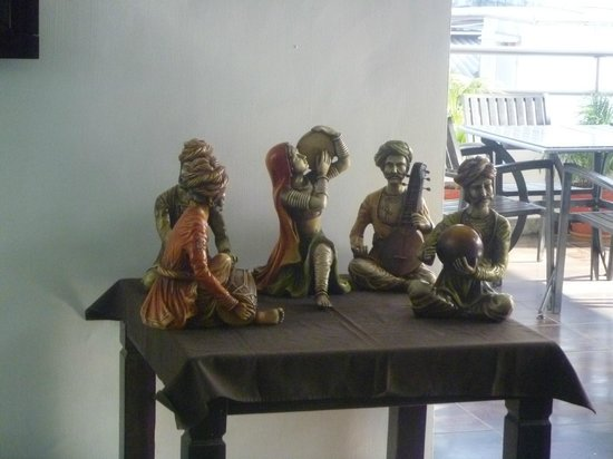 Hotel Godwin Deluxe: Figurines at entrance to roof top restaurant area