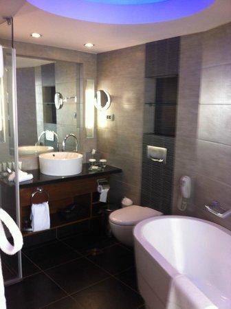 Hilton Tel Aviv: douche et baignoire