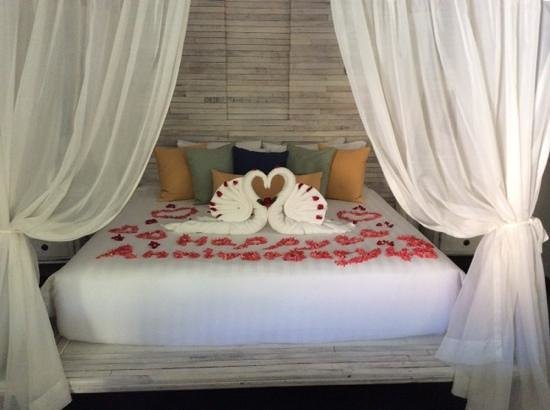 Dewa Phuket Resort Nai Yang Beach: romantic bed