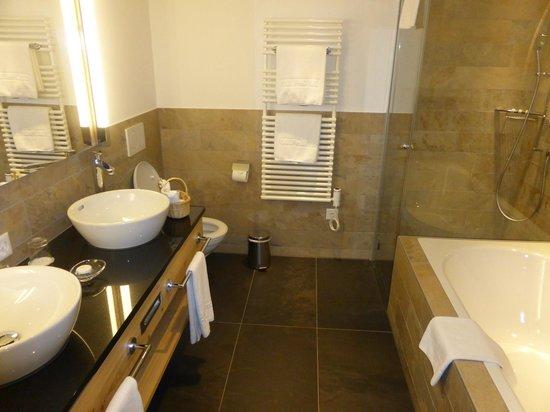 Golfhotel les Hauts de Gstaad: Salle de bains