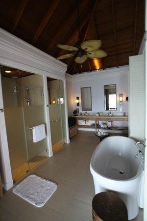 Dusit Thani Maldives: Bathroom