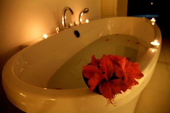 Dusit Thani Maldives: Honeymoon Bath