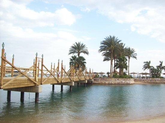 Hurghada Marriott Beach Resort: The foot bridge that connects the main beach to the island