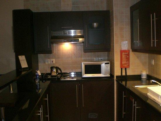 Al Manzel Hotel Apartments : Kitchen