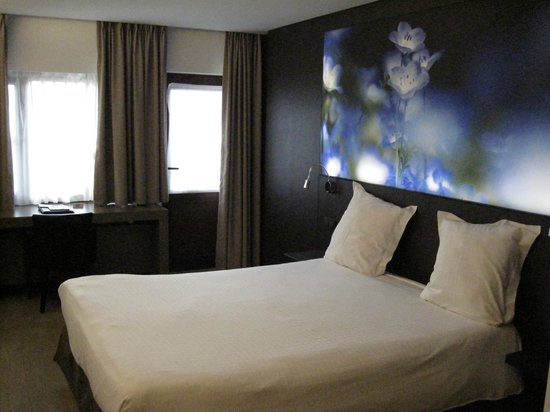 Flanders Hotel: Room 111 - with fancy backlit picture