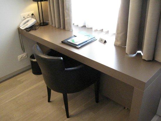 Flanders Hotel : Desk area