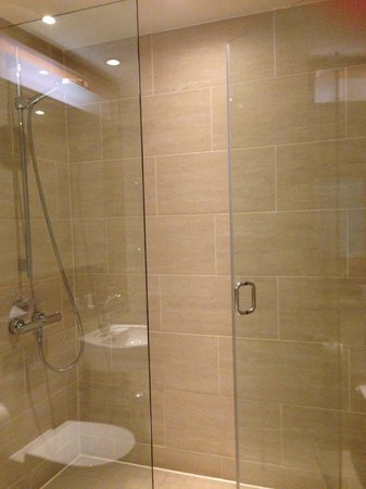 Apex London Wall Hotel: Nice big shower - shame about the water pressure