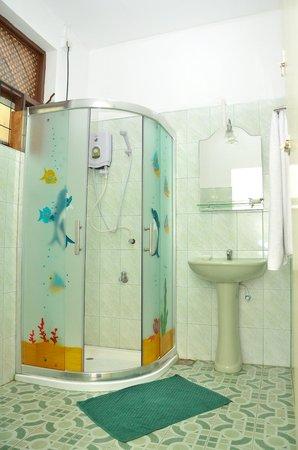 Hotel Honors Club: nice bath room