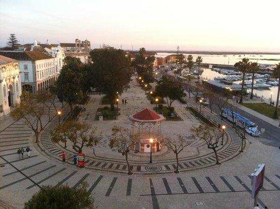 Hotel Faro: Square at dusk