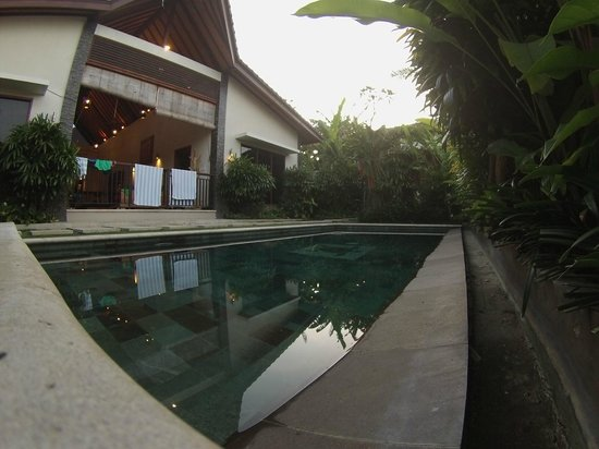 Villa Besar: Pool and villa