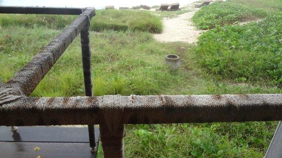 Jeeva Beloam Beach Camp: Not very flash looking railing and bin
