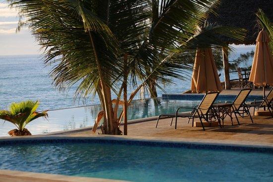 Sunshine Marine Lodge: vue de la première piscine