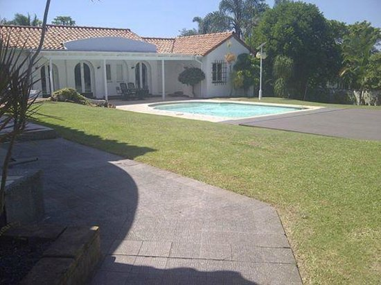 Casabella Guest House: Pool and garden