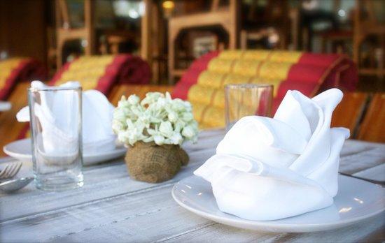 Beachlounge - Thong Sala: Cuidada presentación de las mesas.