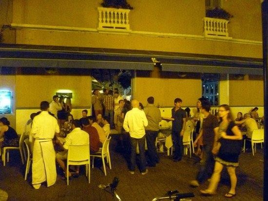 Plaza de San Diego : il ristorante juan del mar  di notte con i tavoli all'aperto