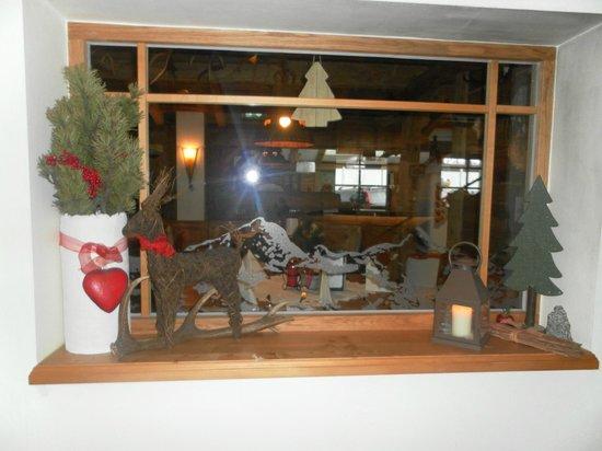 Hotel Perauer: hotel's restaurant window's decor