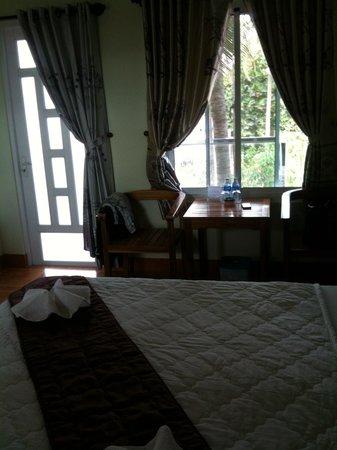 Sunrise Village Hotel: Chambre avec balcon
