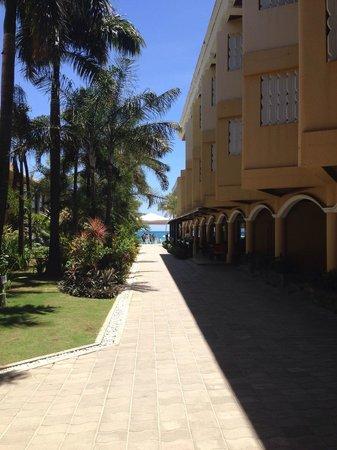 Henann Regency Resort & Spa: Дорожка к морю