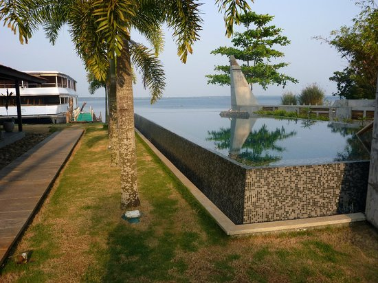 The Park on Vembanad Lake: Pool with lake and boat behind