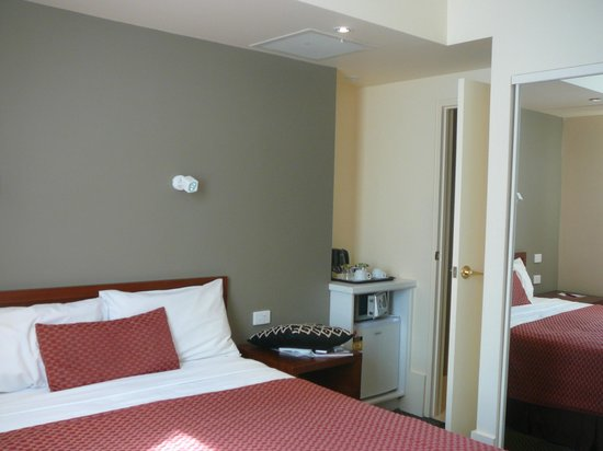 Ibis Styles Melbourne, The Victoria Hotel: Heritage Queen room looking into bathroom level 6