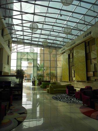 Traders Hotel, Qaryat Al Beri, Abu Dhabi: Hotel foyer looking towards the entrance