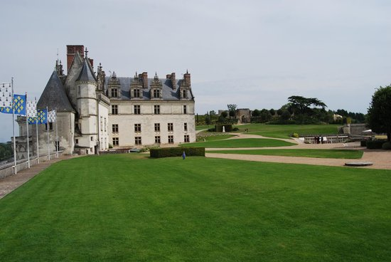 Château d'Amboise : The perfectly manicured lawn and view to the chateau, chapel and gardens