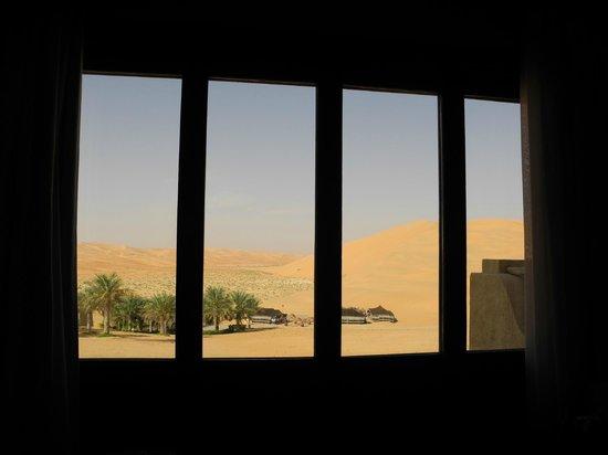 Qasr Al Sarab Desert Resort by Anantara: Aussicht durch Zimmerfenster