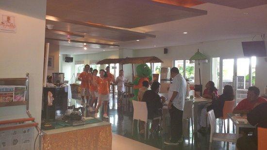 HARRIS Hotel & Residences Riverview Kuta: Senam Komodo saat breakfast