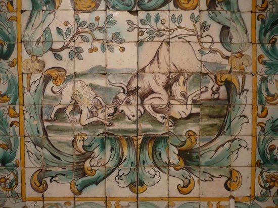 Museu do Azulejos : Una pieza de la extensa colección de animales en lucha